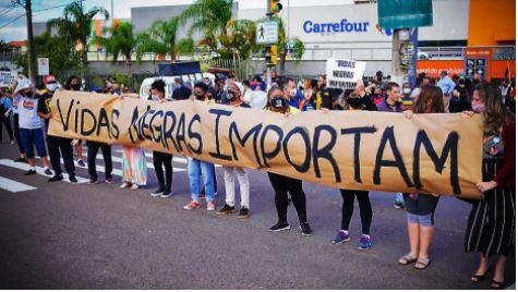 A temperatura da campanha em Porto Alegre subiu quando a questão do racismo entrou na campanha