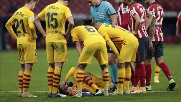 Ao cortar uma bola, Correa caiu em cima da perna de Piqué e a articulação do joelho pareceu girar para trás
