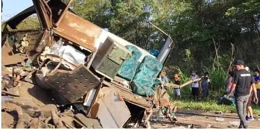 Acidente entre ônibus e caminhão na Rodovia Alfredo de Oliveira Carvalho deixou mortos e feridos