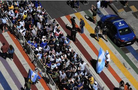 Fila ao longo da Avenida de Mayo para a chegada à Casa Rosada para as homenagens a Maradona