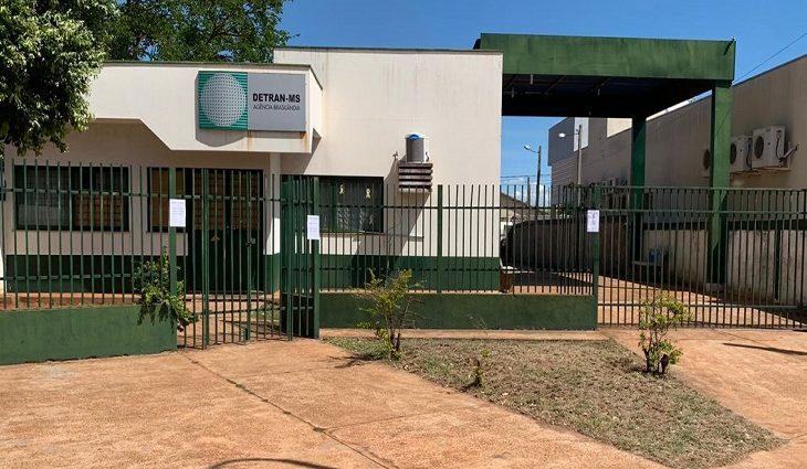 O Detran-MS (Departamento Estadual de Trânsito de Mato Grosso do Sul) suspendeu a partir de hoje os atendimentos nas agências de Brasilândia e Bataguassu, no interior do Estado