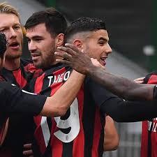Jogadores do Milan comemoram gol marcado sobre a Fiorentina