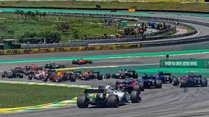 Hamilton vence corrida marcada por acidentes impressionantes