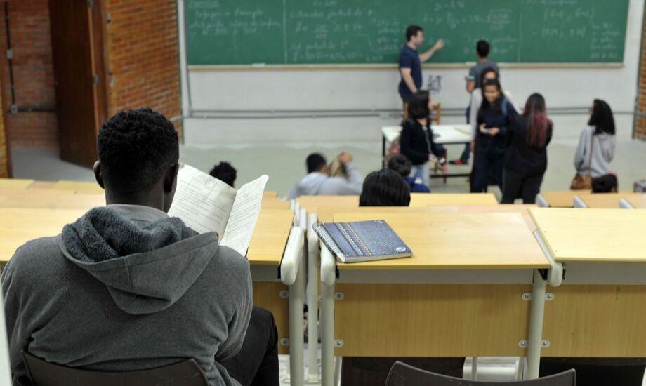 Negros têm mais dificuldade de permanecer na universidade