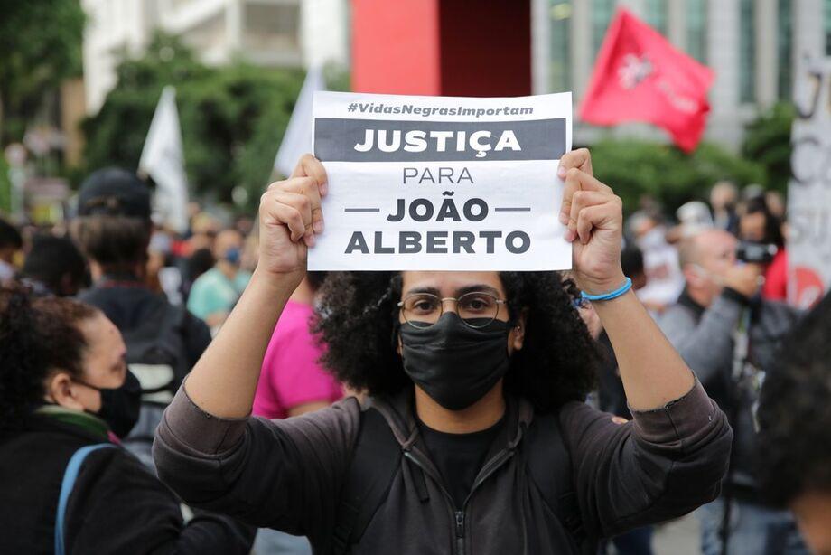 Manifestantes pedem justiça por João Alberto durante manifestação nesta sexta-feira (20), em São Paulo