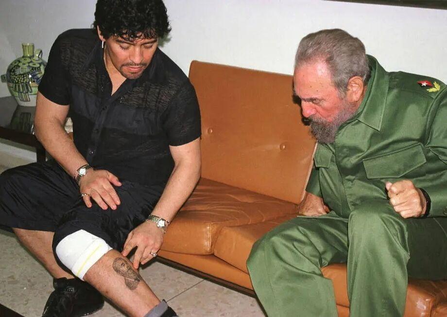 Maradona mostra para Fidel Castro a tatuagem que fez do cubano em sua perna
