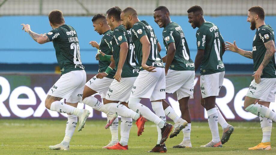 Jogadores do Palmeiras comemoram gol na partida contra o Delfín