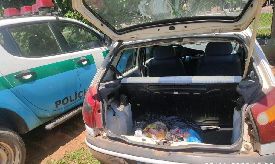 O carro do infrator com o pescado no porta-malas