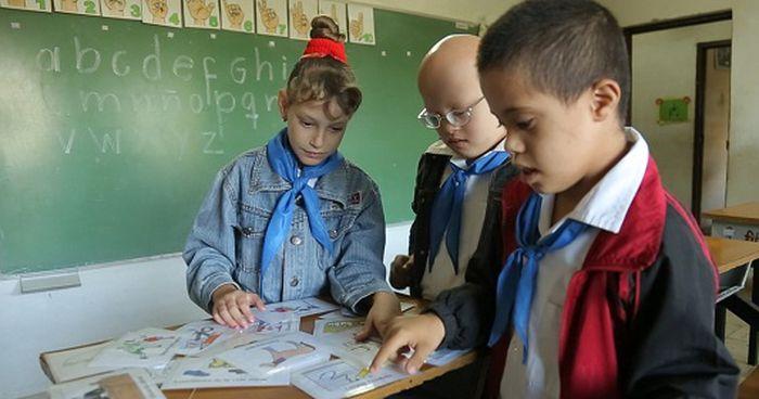 O profissional oferecerá apoio pedagógico para atender alunos com deficiência e transtornos globais do desenvolvimento