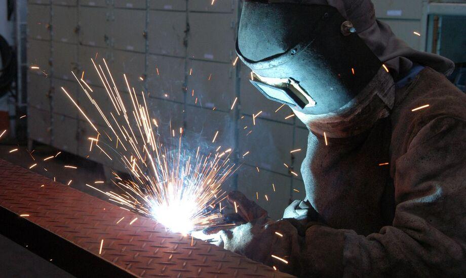 O IBGE divulgou às 9 horas que a produção industrial sobe 1,1% em outubro ante setembro
