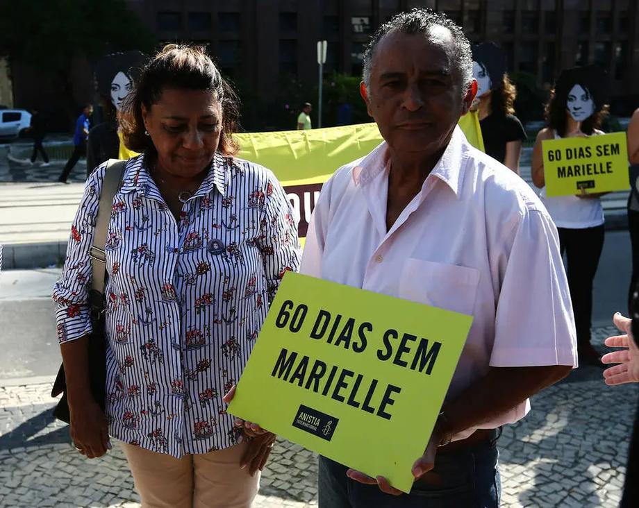 Antonio Francisco da Silva Neto ao lado da mãe de Marielle, Marinete, em um ato cobrando respostas sobre o assassinato da vereadora