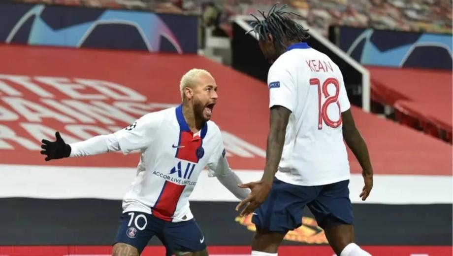 Neymar comemora com Moise Kean o primeiro gol que fez contra o Manchester United