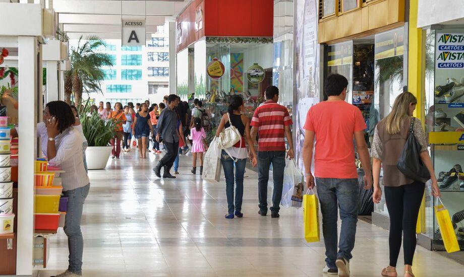 Confiança do consumidor avança, mas ainda está baixa, diz CNI