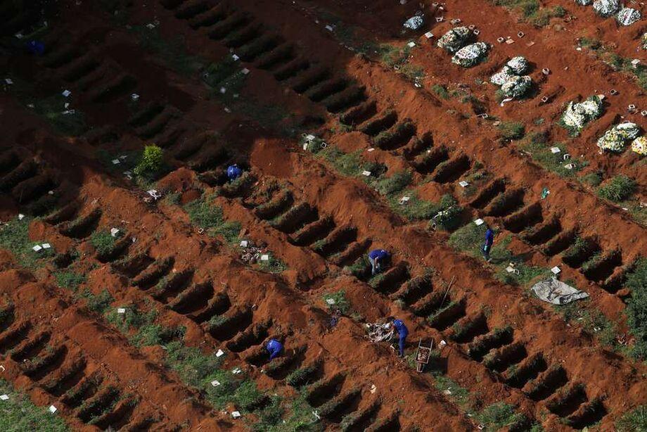 Coveiros trabalham no cemitério Vila Formosa, em São Paulo 02/04/2020 REUTERS/Amanda Perobelli