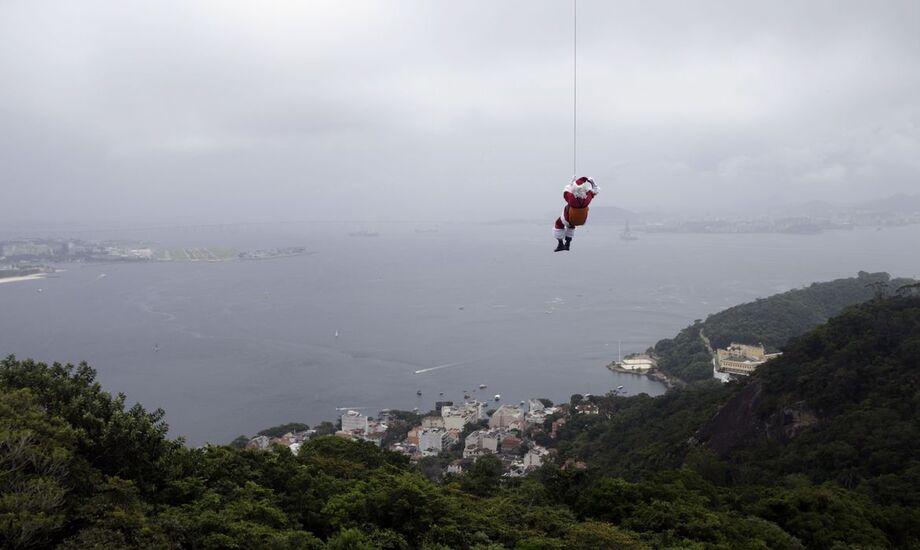 Papai Noel chega de rapel ao Rio de Janeiro