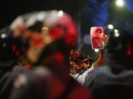 Parente de vítima de Paraisópolis protesta em frente ao Palácio dos Bandeirantes, sede do governo paulista