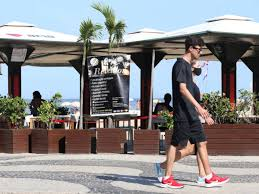 Apesar de o show de fogos na Praia de Copacabana não acontecer este ano devido à pandemia, diversos quiosques ao longo da orla estão vendendo ingressos para a festa da virada