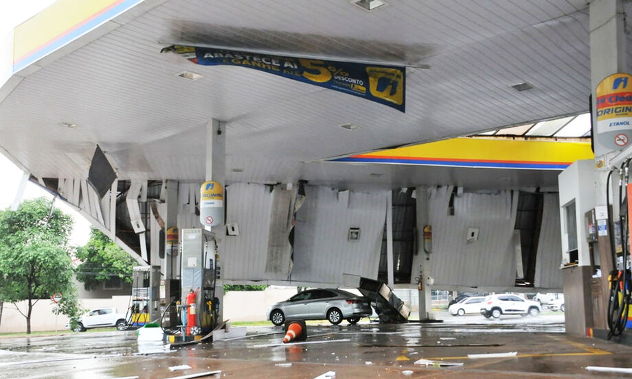A chuva derrubou a cobertura do posto de gasolina