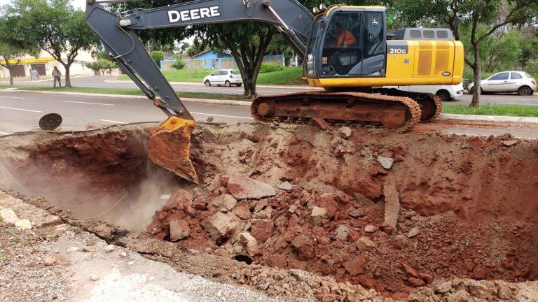Equipes da Sisep (Secretaria Municipal de Infraestrutura e Serviços Públicos) estão trabalhando desde o início da tarde deste sábado (5) para recuperar um trecho de 30 metros da tubulação na Avenida Interlagos