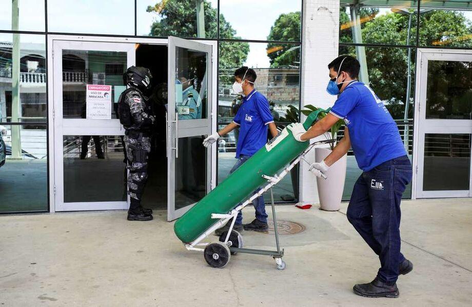 Funcionário chega com cilindro de oxigênio ao hospital Getúlio Vargas, em Manaus