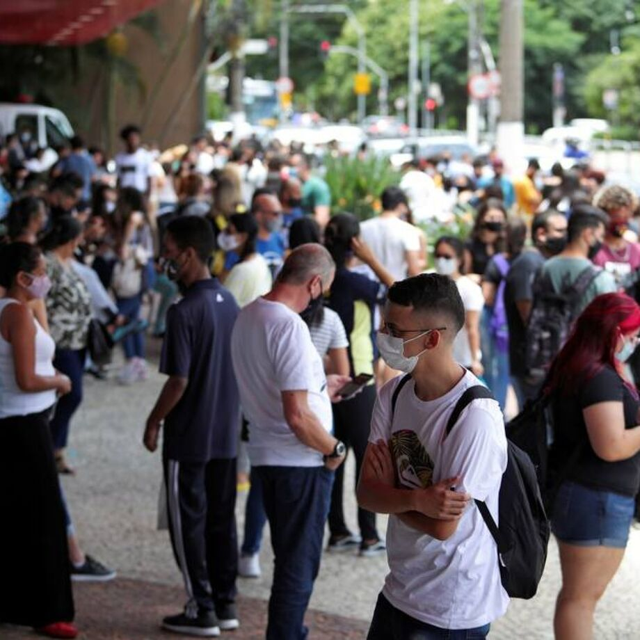Estudantes aguardam horário do exame em frente a um dos locais de prova em São Paulo