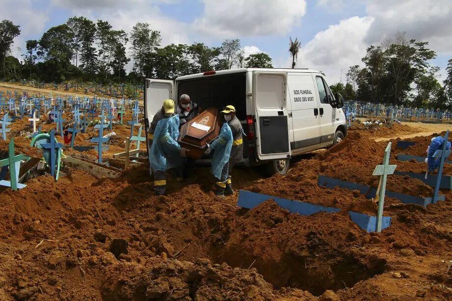 Servidores realizam sepultamento no cemitério Nossa Senhora Aparecida, em Manaus