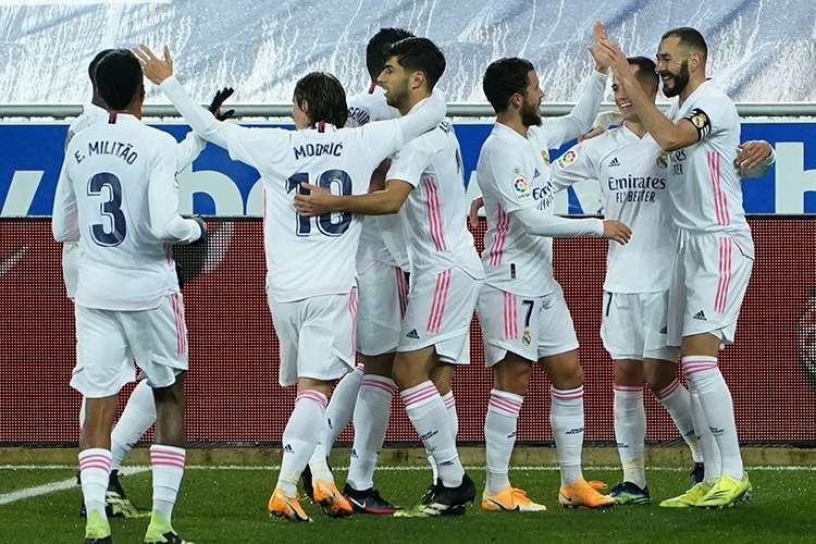 Jogadores do Real Madrid comemoram vitória sobre o Alavés
