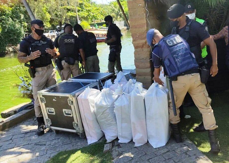 Agentes da Guarda Municipal apreendem caixas de som e bebidas