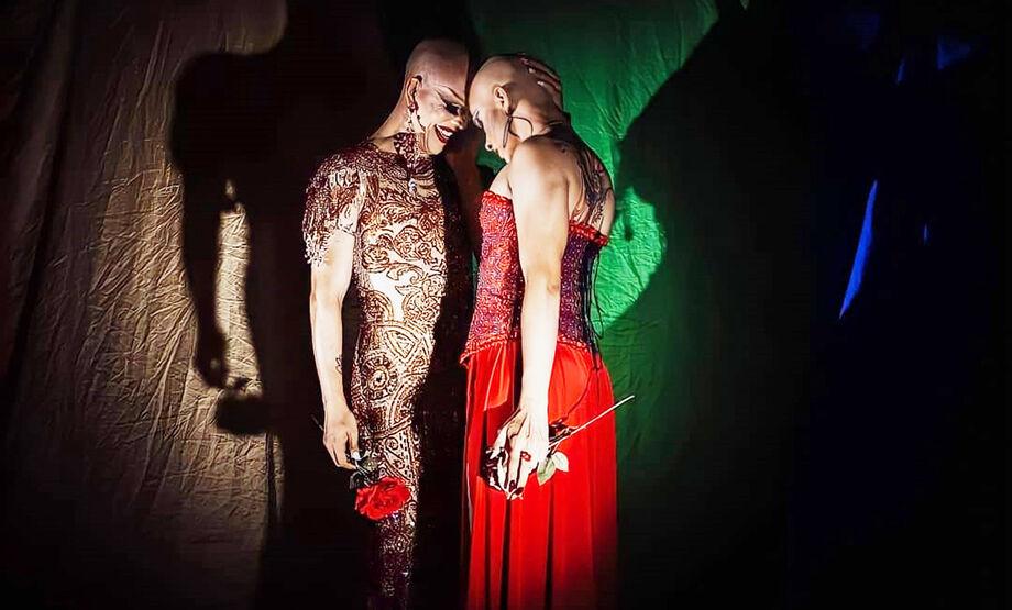Inspirada na androginia e nas muitas drag queens da época, em 2008 Apollo Black surgiu como um sopro de liberdade e expressão artística de Eder Henrique Coenga