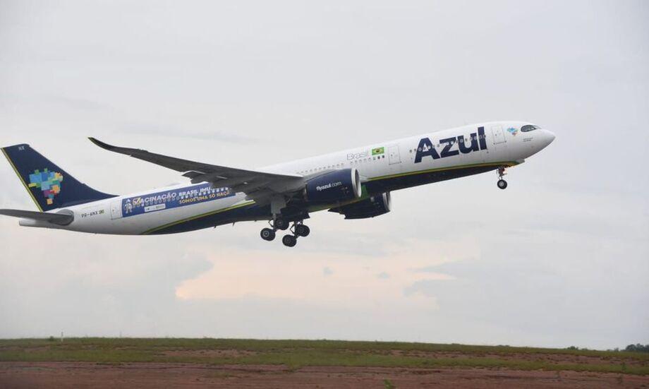 Avião A330neo, da companhia Azul, que estava no pátio do aeroporto de Recife (PE) de onde iria para a Índia