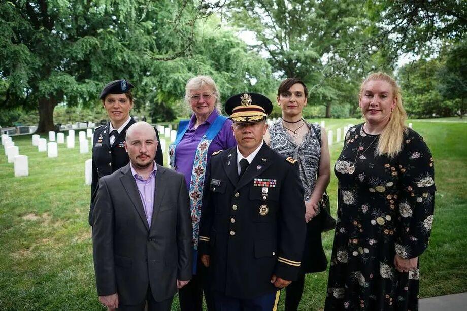 Militares transgêneros da ativa e reformados em solenidade no Cemitério Nacional de Arlington