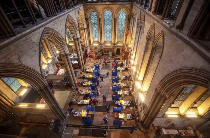 NHS inaugura centro de vacinação em massa na Catedral de Salisbury, onde as vacinações são feitas acompanhadas de música tocada no órgão da igreja