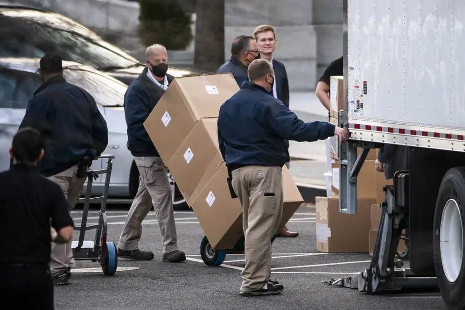 Trabalhadores removem caixas de mudança do Escritório Executivo Eisenhower, onde trabalha Ivanka Trump