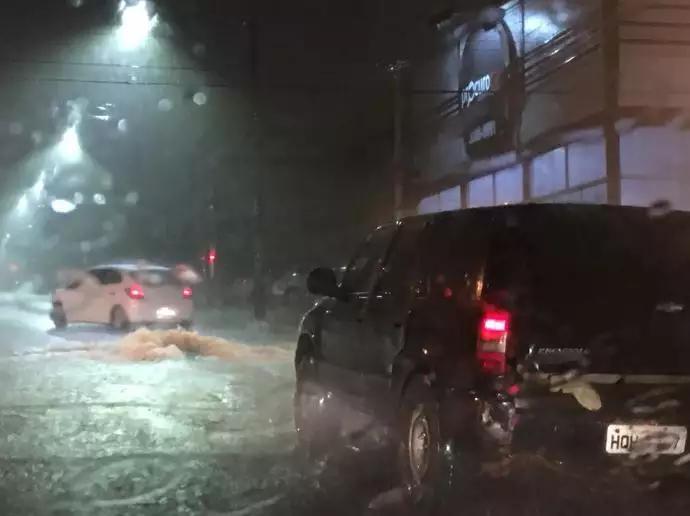 Veículos enfrentando chuva forte na Avenida Salgado Filho, na terça feira (12)