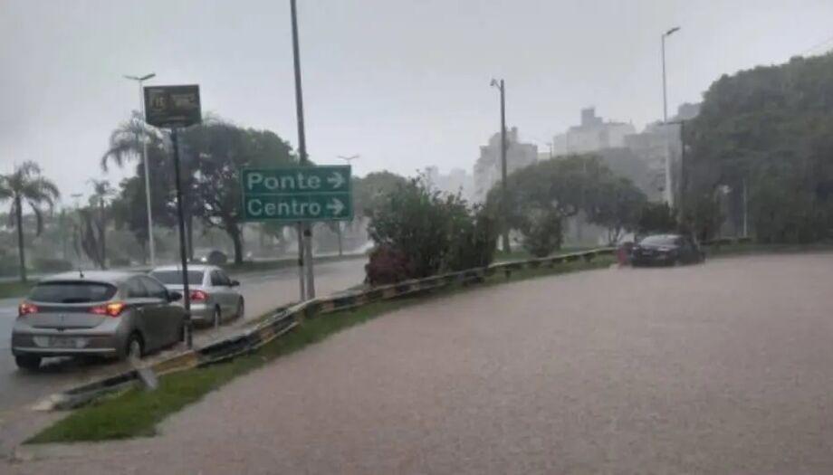 Ruas de Florianópolis estão debaixo d'água pelas fortes chuvas