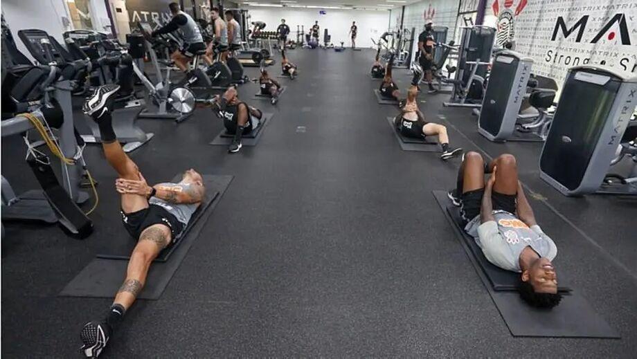 Jogadores fizeram exercícios na academia na parte interna do CT Joaquim Grava