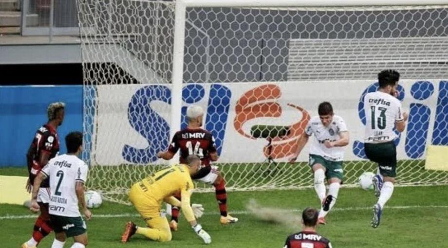 Kuscevic tenta afastar e acerta Luan, que marca gol contra