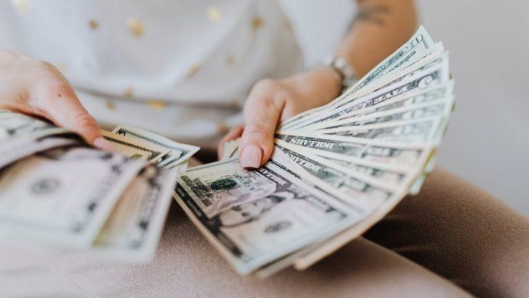O dólar à vista, após muias altas e baixas ao longo do pregão, encerrou a quarta-feira com valorização de 0,43%, aos R$ 5,4164