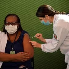A enfermeira Mônica Calazans recebe a primeira dose de Coronavac no Brasil
