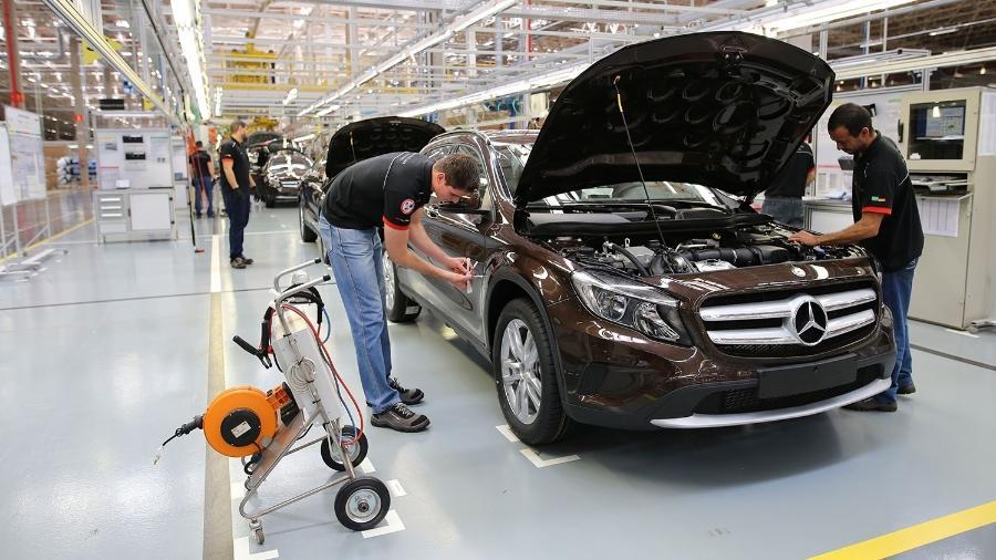 Linha de montagem da Mercedes-Benz em Iracemápolis (SP); empresa fechou fábrica no fim do ano passado
