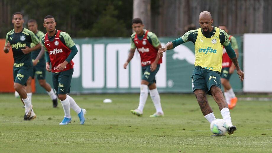 Felipe Melo em ação no treino deste sábado, na Academia de Futebol