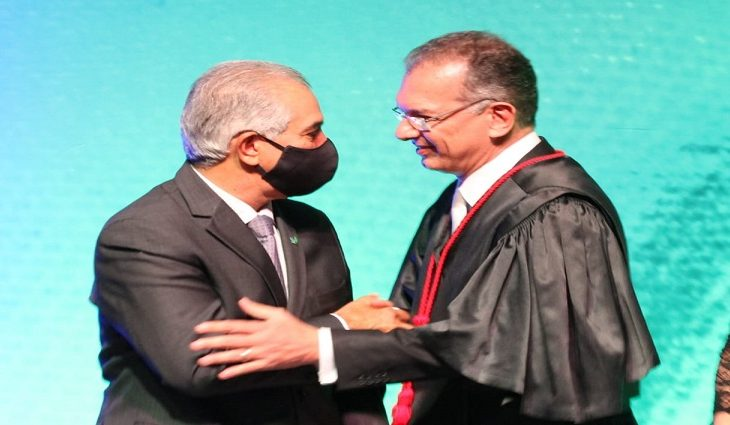 O governador Reinaldo Azambuja e o presidente empossado, desembargador Carlos Eduardo Contar.