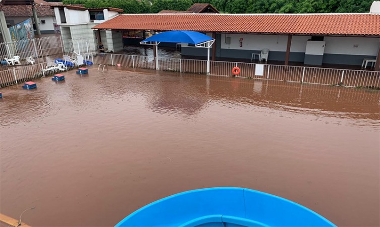 No Clube Camala, piscina transbordou