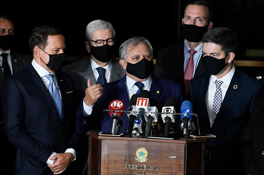 O senador Izalci Lucas (PSDB), ao lado do senador Randolfe Rodrigues (Rede) e do governador de São Paulo, João Dória (PSDB)