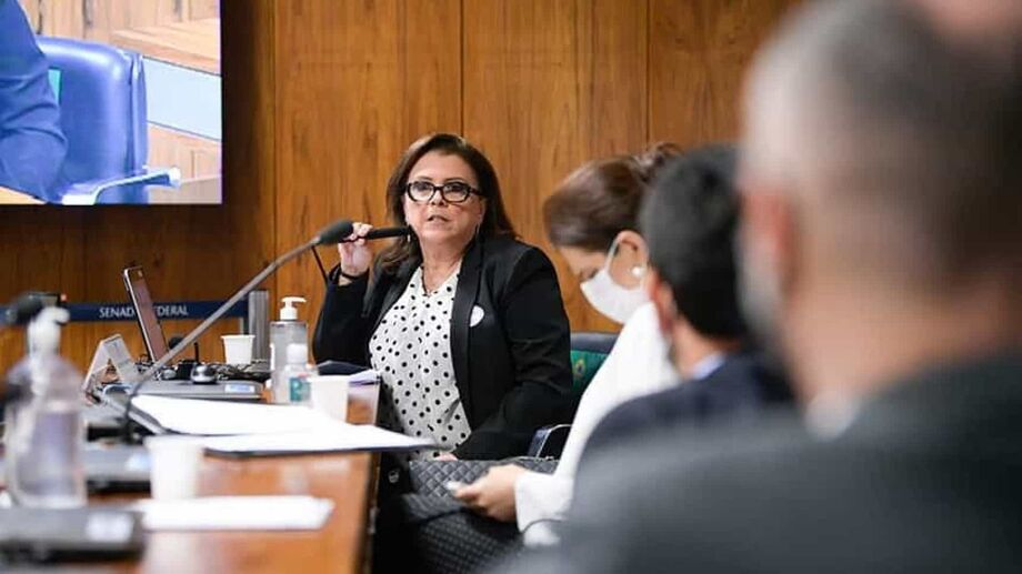 A diretora Cristiane Gomes
