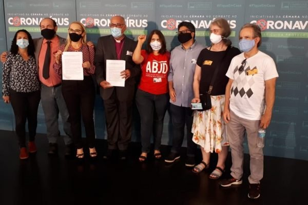 A peça, assinado por 380 representantes, denuncia os crimes de responsabilidade referentes à área de saúde