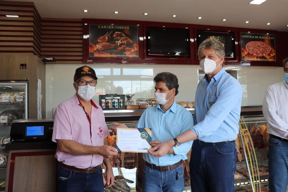 O prefeito de Maracaju, José Marcos Calderan e o secretário da Semagro, Jaime Verruck realizaram a entrega do Selo Arte nesta sexta-feira (22) à Casa de Carne Big Boi do empresário Adão Correa.