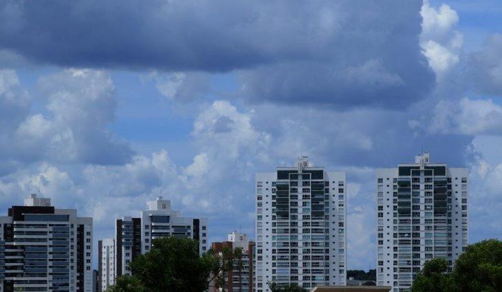 O Inmet manteve até as 11h deste domingo o aviso para potencial de chuvas intensas