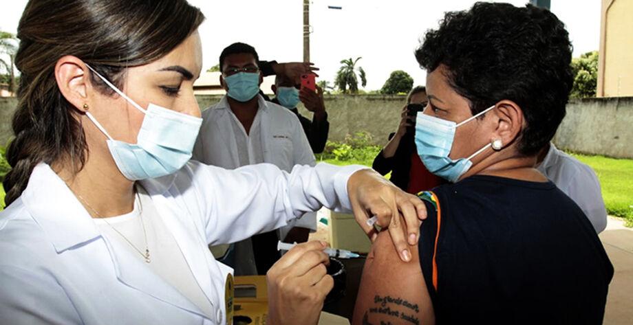 A vacinação acontece em todo o Estado