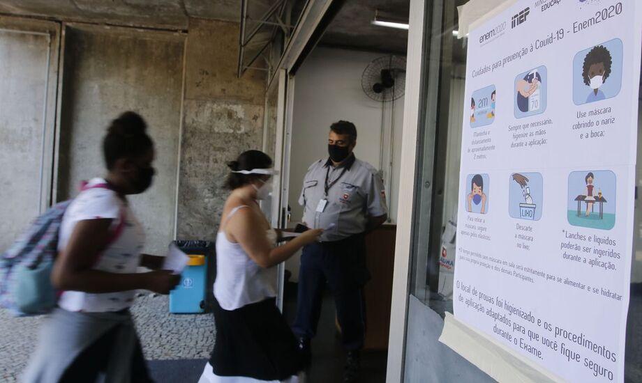 Chegada para o Enem é tranquila no RJ; candidatos relatam medo da covid